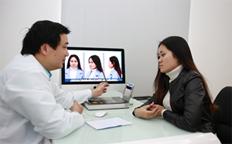 Tư vấn và thăm  khám cho khách hàng sửa mũi